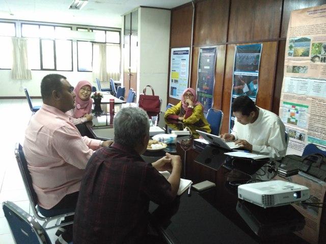 Suasana diskusi antara peneliti PUI-P2RL-UNHAS dengan
